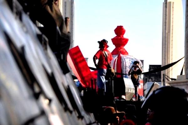 แฟ้มภาพ ภาพคนเสื้อแดงที่ยังอยู่บริเวณอนุสาวรีย์ประชาธิปไตยในเช้าวันที่ 11 เม.ย.2553