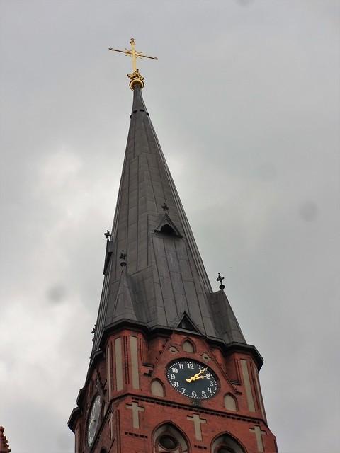 1907/09 Berlin Kirchturmuhr und vergoldete Turmzier an neogotischer katholischer Pfarrkirche St. Georg in Backstein 70mH von Hugo Schneider Kissingenstraße 34 in 13189 Pankow