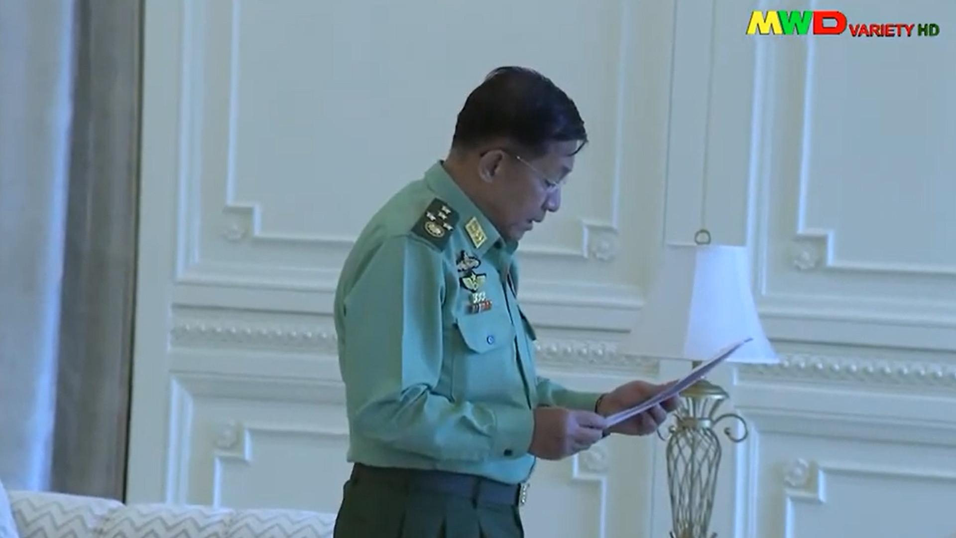 พล.อ.อาวุโส มินอ่องหล่าย ผบ.กองทัพพม่านำคณะนายทหารเข้าพบมิ้นท์ส่วย รักษาการประธานาธิบดี หลังกองทัพพม่ายึดอำนาจ ภาพเผยแพร่ทางเมียวดีทีวีเมื่อคืนวันที่ 1 ก.พ. 64