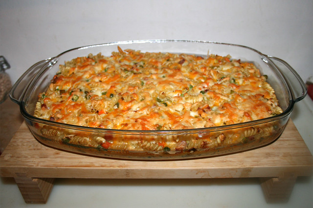 34 - Pasta bake with bacon & vegetables - Finished baking / Nudelauflauf mit Speck & Gemüse - Fertig gebacken