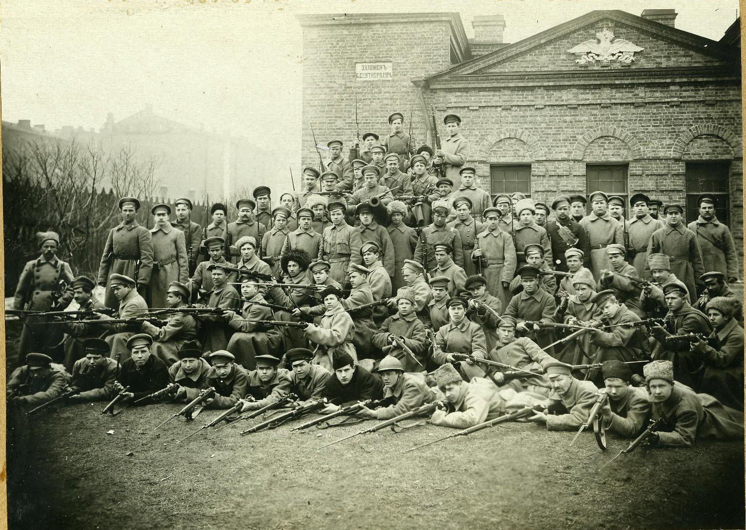 1918. Обмундирование пехотной части до издания декрета об организации Красной Армии. Во дворе стрельбища при бывшем Кавалерском училище