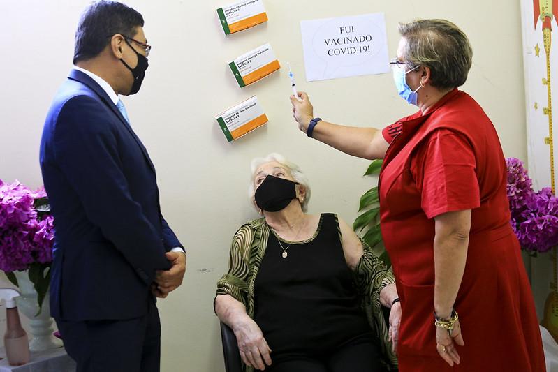 Idosa de 104 anos é a primeira a ser vacinada na UBS 2 do Guará