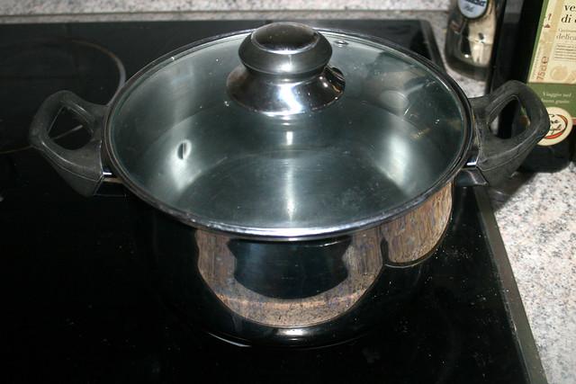01 - Bring water in pot to a boil / Topf mit Wasser aufsetzen