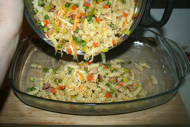 29 - Fill in noodle mix / Nudelmischung einfüllen