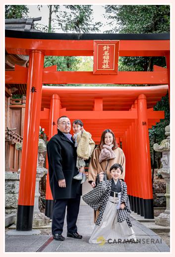 針名神社で七五三 家族の集合写真 赤い鳥居の下で