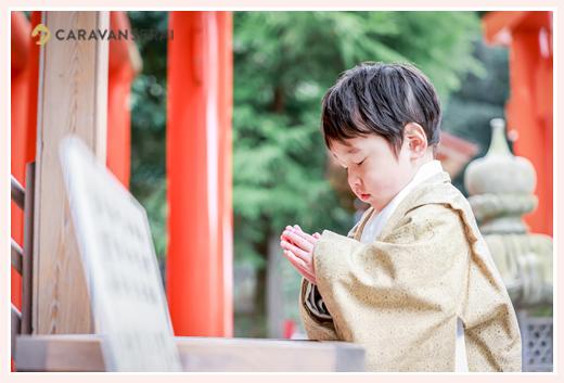 七五三のロケーション撮影 神さまに向かって手を合わせる男の子