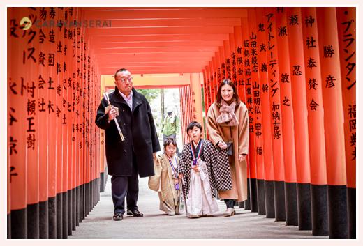 針名神社で七五三 赤い鳥居をくぐって