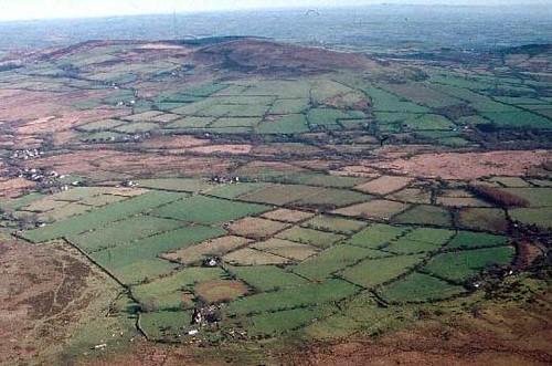 zwervende_erven_5_celtic_fields_heuveltjes_pembrokeshire_www_cambria_co_uk