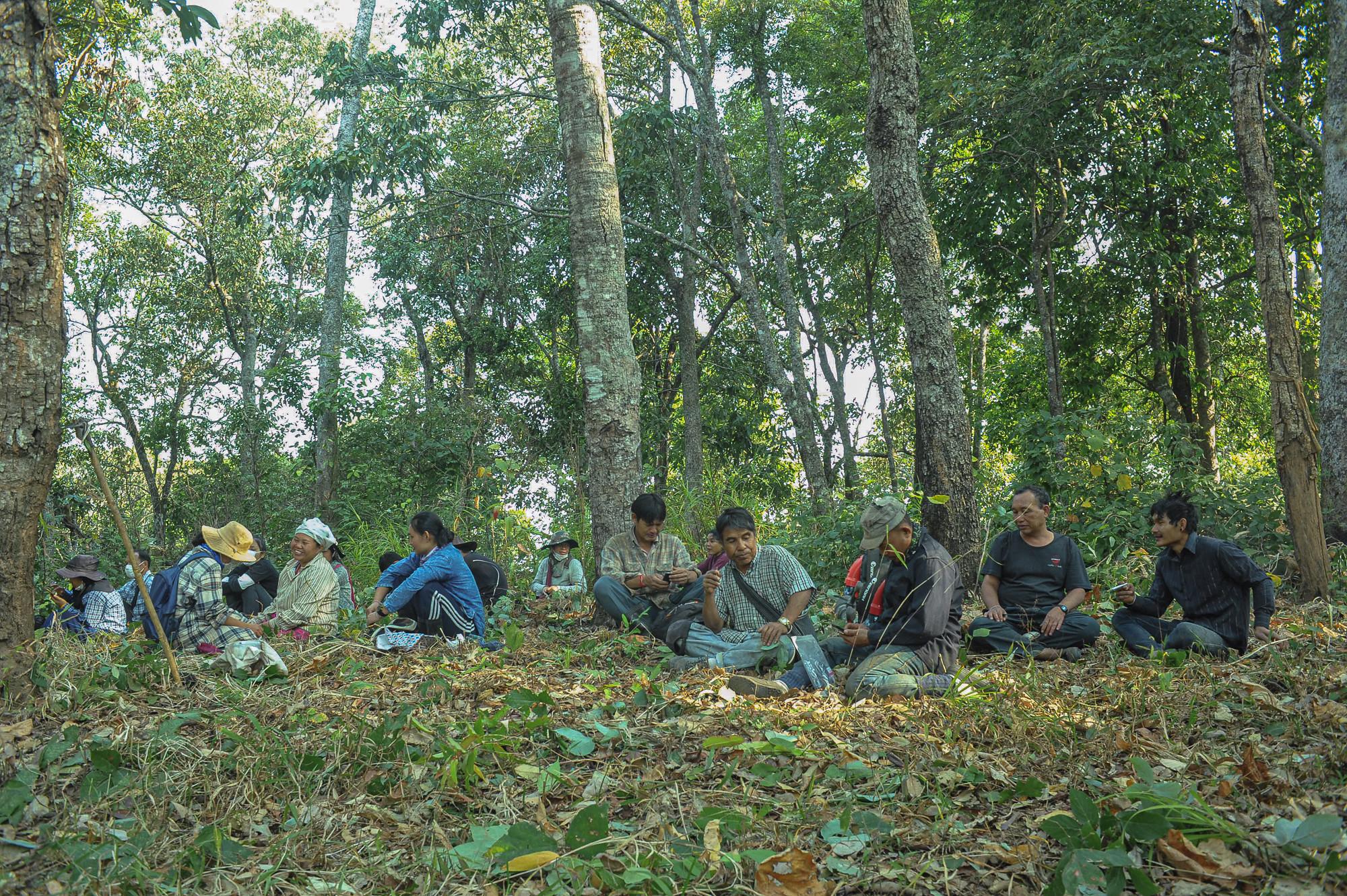 บรรยากาศการพักทานอาหารกลางวันของชาวบ้าน ซึ่งงบประมาณในการบริหารจัดการทั้งหมดมาจากการขายผลิตภัณฑ์ภายในชุมชนของกลุ่มเยาวชนห้วยหินลาดใน ภาพถ่ายเมื่อ 24 ก.พ. 63 (ที่มา: นิพนธ์ ปุแคระ)