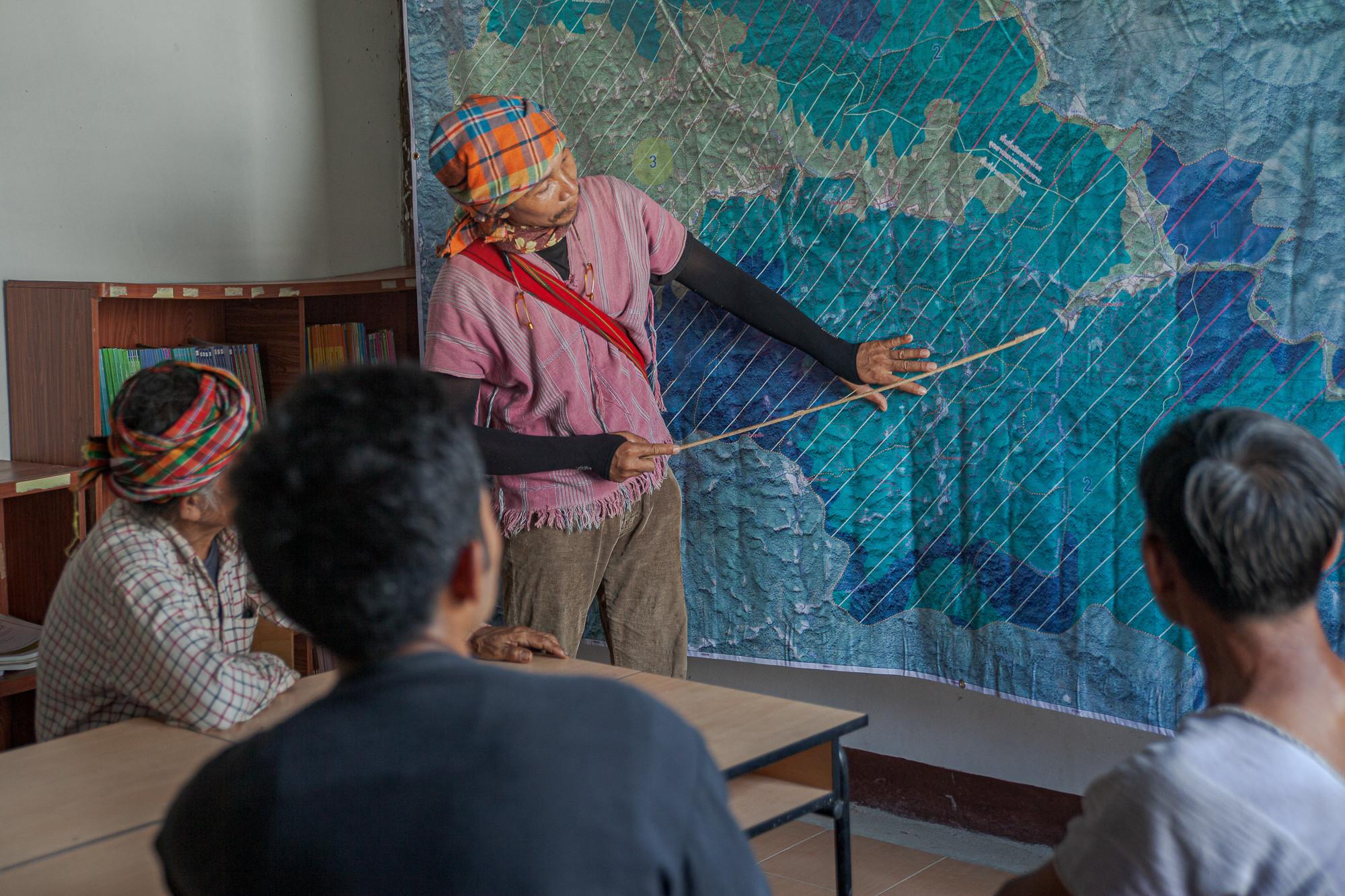 พฤ โอโดเชา ขณะอธิบายแนวเขตพื้นที่ความรับผิดชอบในการดับไฟป่าของชาวบ้าน ภาพถ่ายเมื่อ 7 พ.ค. 63 (ที่มา: ณัฐชานันท์ กล้าหาญ)