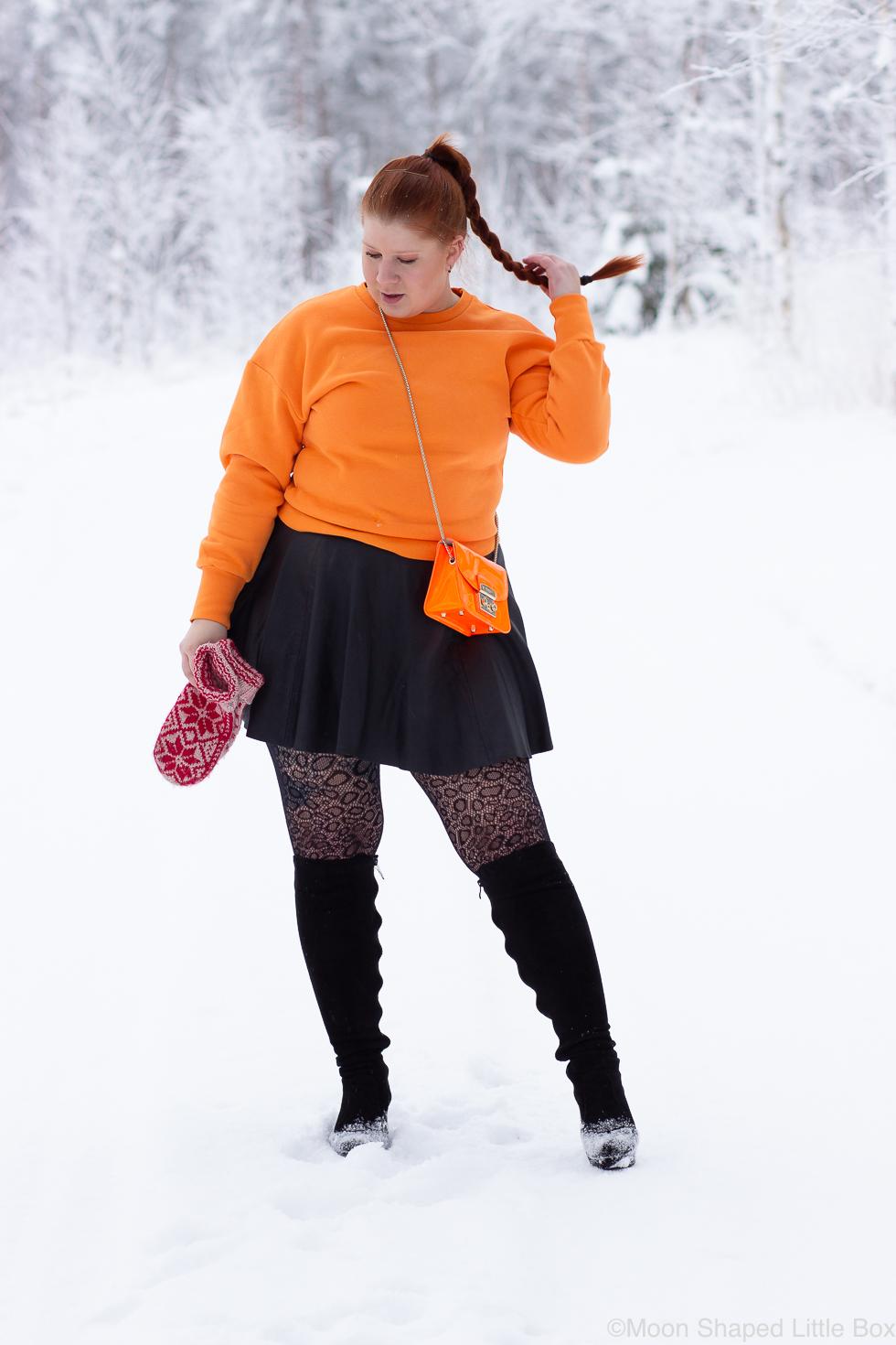 Antti-Tapani-collegepaita-ja-musta-nahkahame-2
