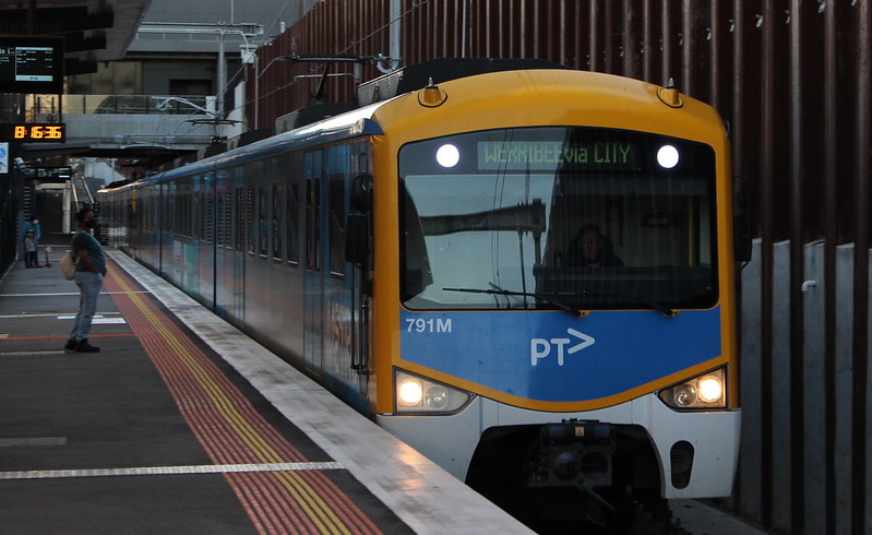 Siemens train arrives at Bentleigh, on a service from Frankston to Werribee