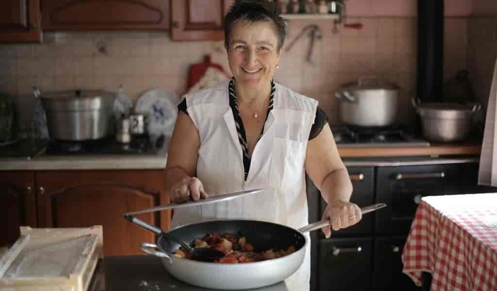 Pourquoi les aliments collent dans une poêle à frire ?