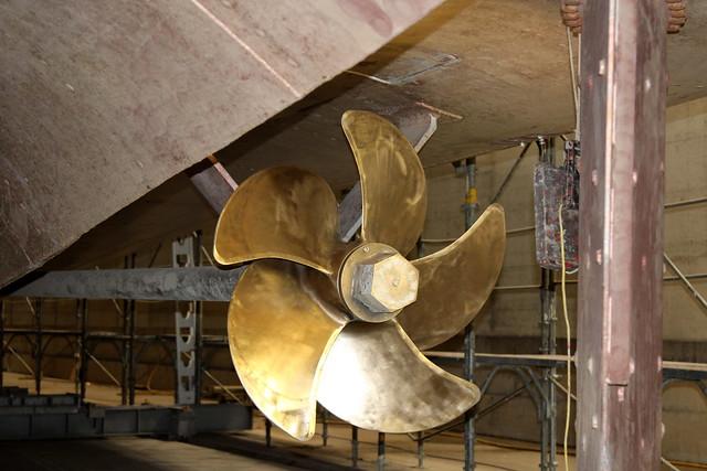 Schiff MS Bubenberg ( Baujahr 1962 - Bauwerft Bodan Werft Kressbronn - Länge 51 m - Breite 10.50 m - 800 Personen - Fahrgastschiff Motorschiff Kursschiff bateau ship nave ) in der Werfthalle - Halle der Werft Thunersee in Thun im Kanton Bern der Schweiz