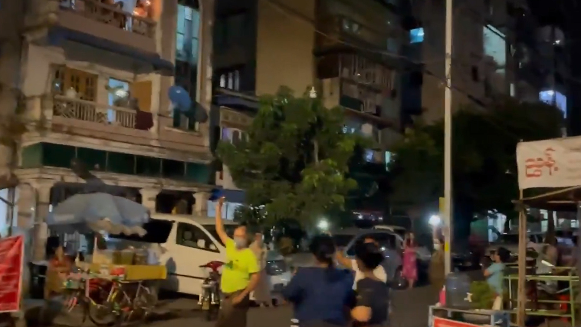 ประชาชนในย่างกุ้งออกมาตีเกราะเคาะกระทะเมื่อคืนวันพุธ (3 ก.พ.) เพื่อต่อต้านการรัฐประหาร (ที่มา: Twitter/@kyawhsanhlaing1)