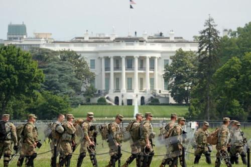 militarymen_protect_whitehouse