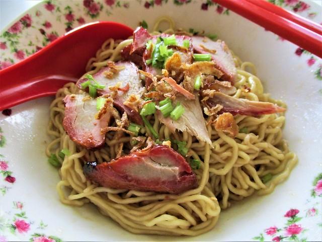 Instant Kuching kolo mee, served