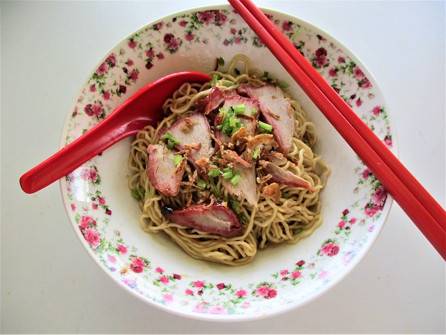Instant Kuching kolo mee, cooked & served