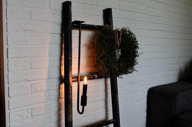 Decoratie ladder met hangkandelaar en krans