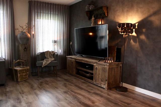 Tv meubel landelijk stoel Dirkje kruik op zuil oude rijstbak