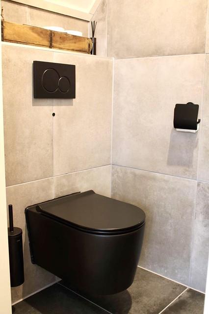 Zwart hangend toilet landelijk