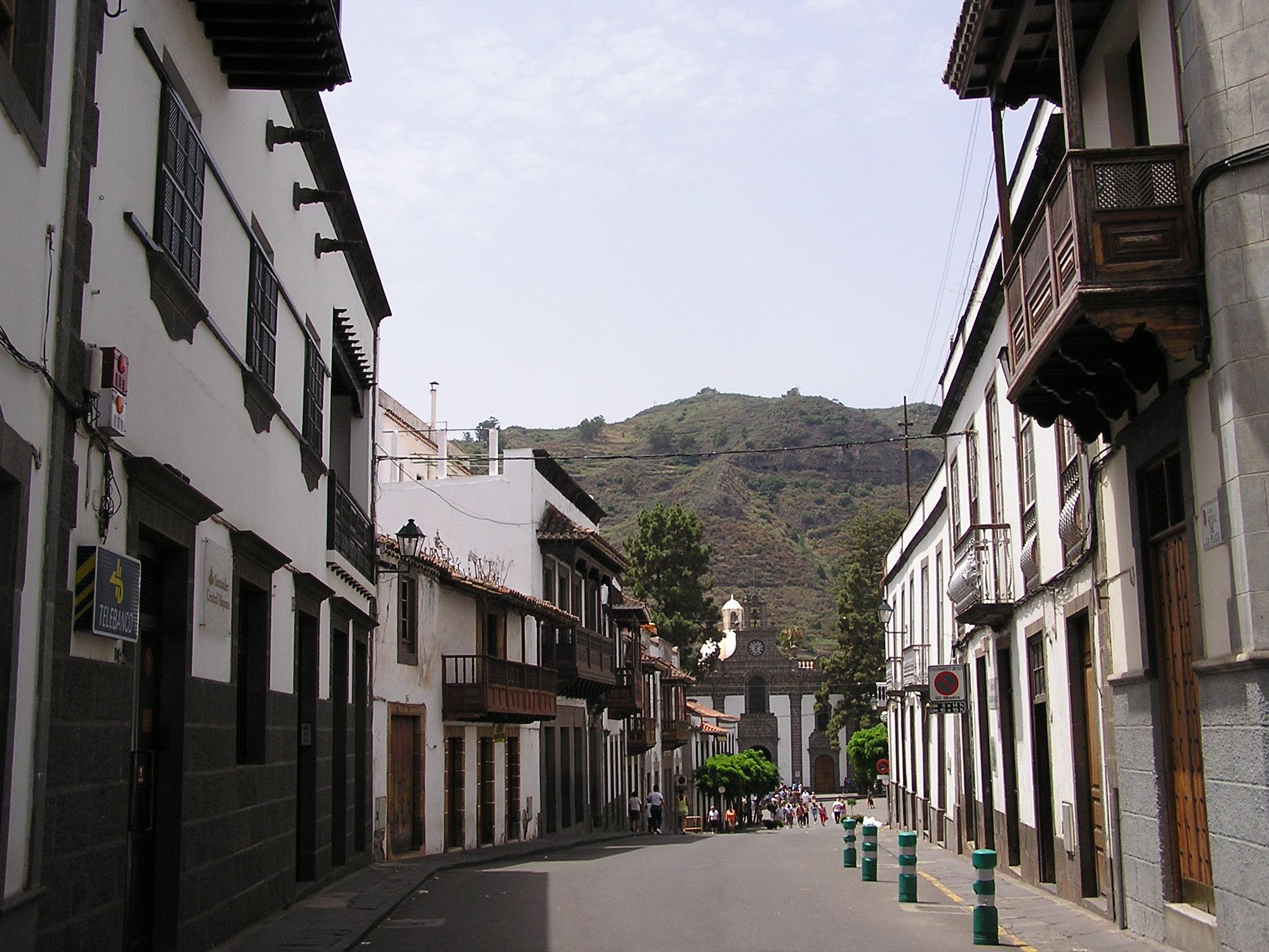 edificios y balcones canarios en calle Real de la Plaza en Teror Gran Canaria