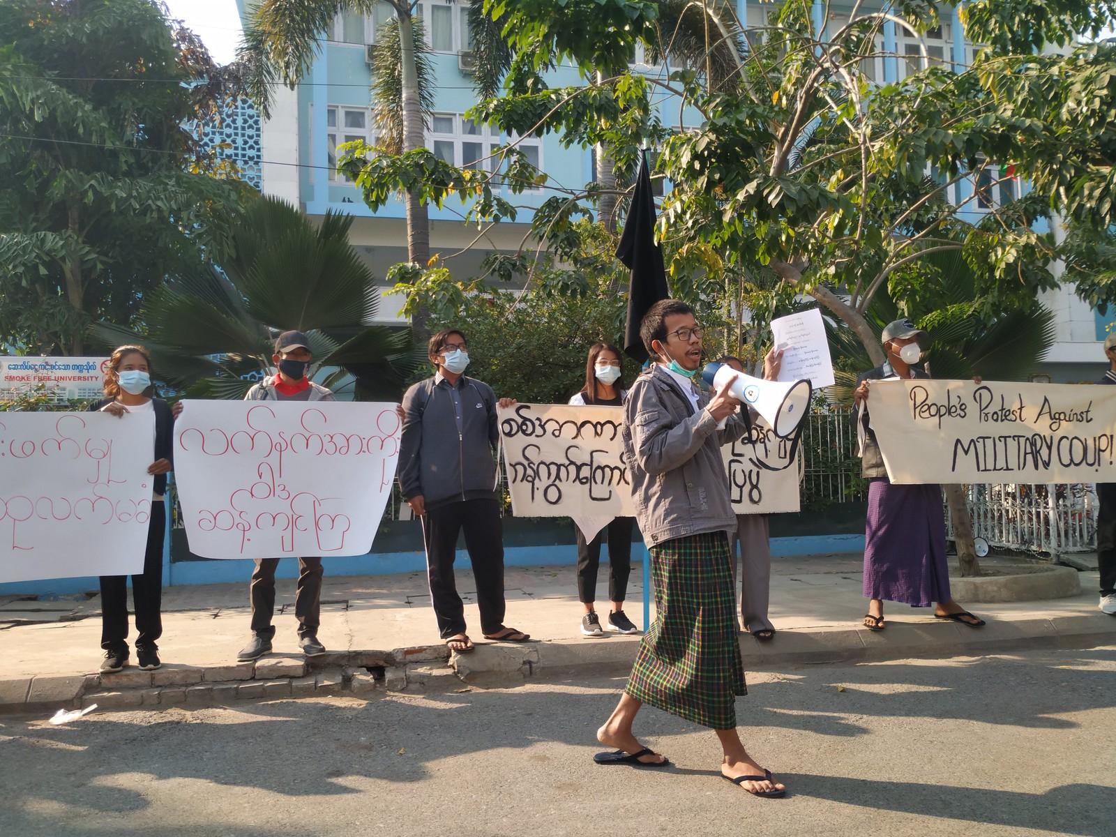 ผู้ประท้วงต้านเผด็จการทหารที่มัณฑะเลย์เมื่อ 4 ก.พ. ก่อนที่ตำรวจจะเข้าสลายการชุมนุม (ที่มา: Twitter/Myanmar Now)