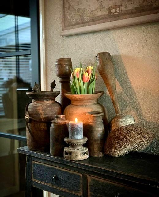 landelijke sidetable decoratie tulpen kwast kandelaar