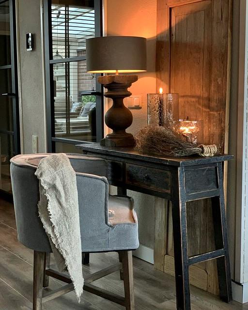 Landelijke sidetable stoel Dirkje balusterlamp glazen windlicht