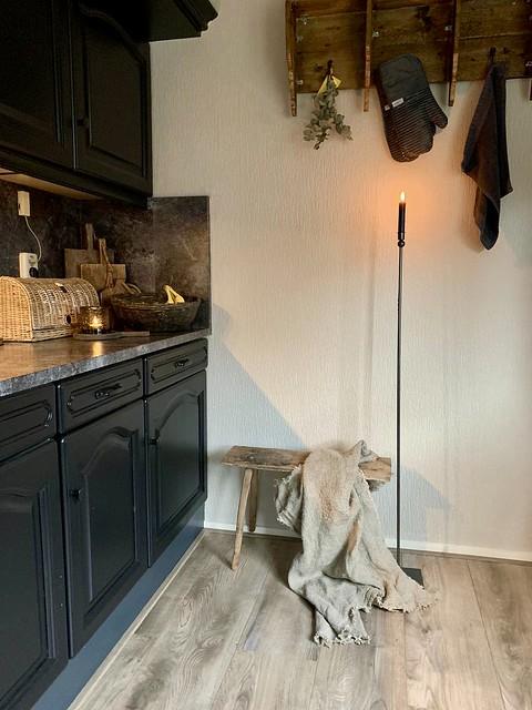 Zwarte landelijke keuken broodmand rotan hoge vloerkandelaar houten regaal