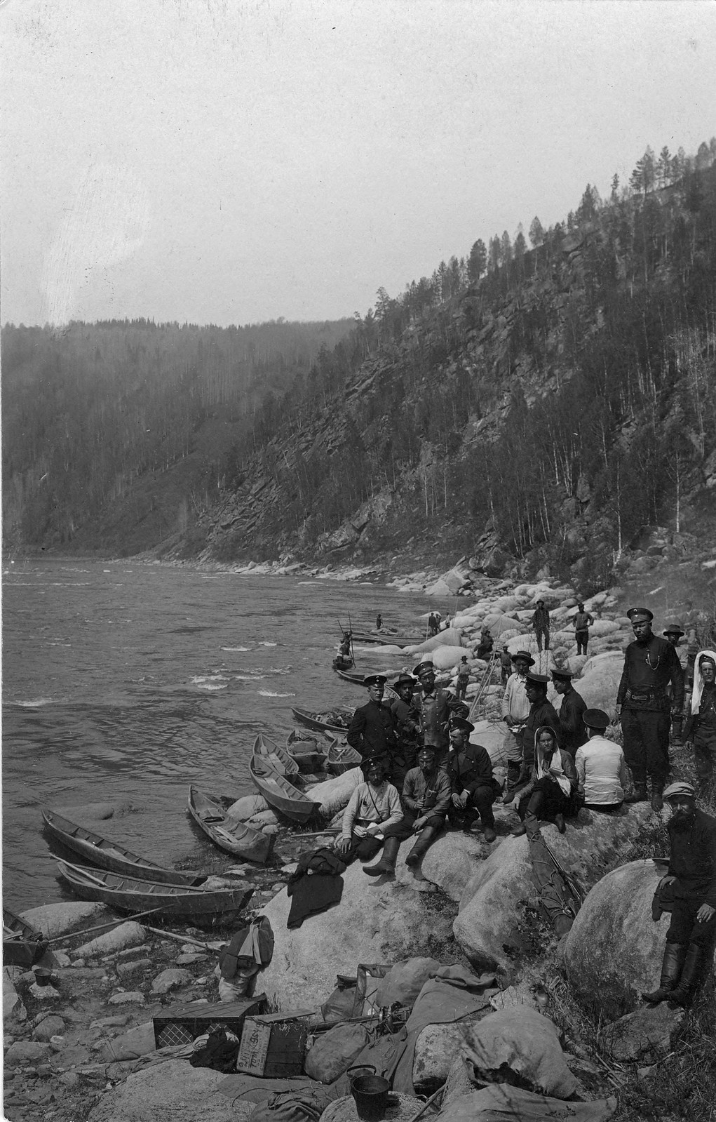 21. Группа топографов - участников экспедиции, после разгрузки лодок для обхода Мрасского порога