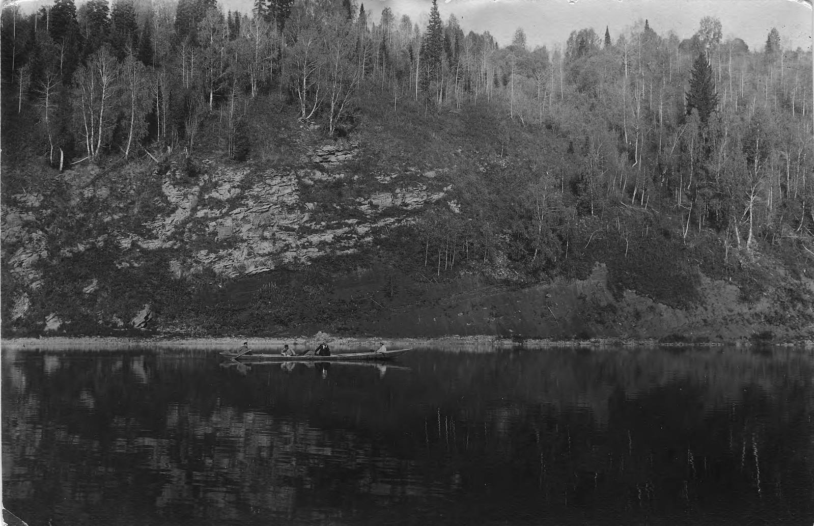 03. Лодка землеустроительной экспедиции на фоне крутого каменистого берега реки Мрассу, покрытого лесом. Ниже улуса Шадрово