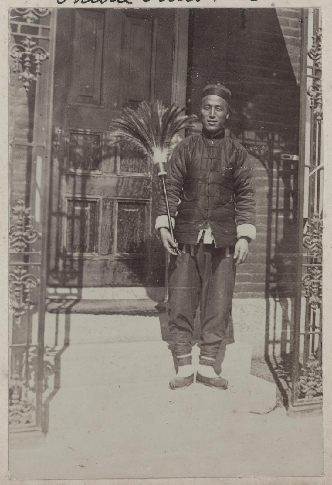 Чин Син, китаец, слуга и мальчик на побегушках, у главного входа в Дом Смитов