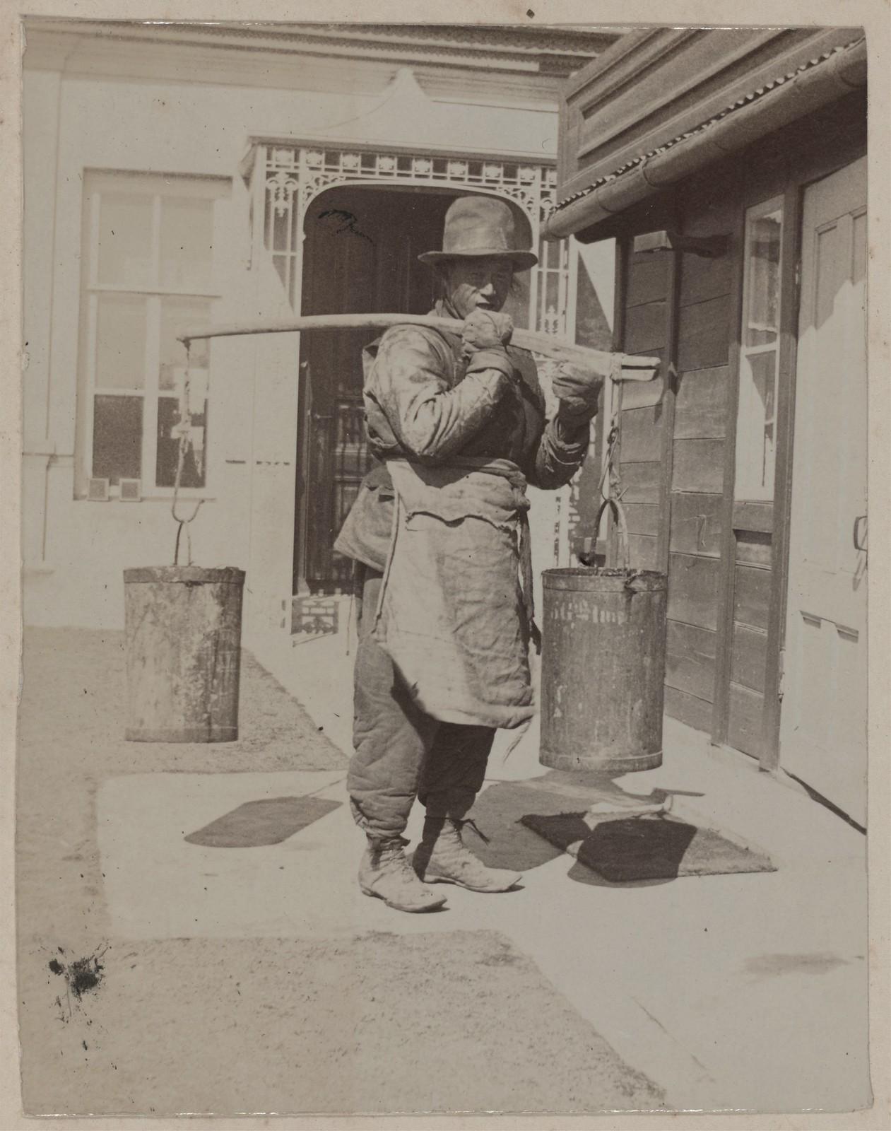 Доу Ки, один из китайских слуг, несущий ведра с водой. Дом Смитов