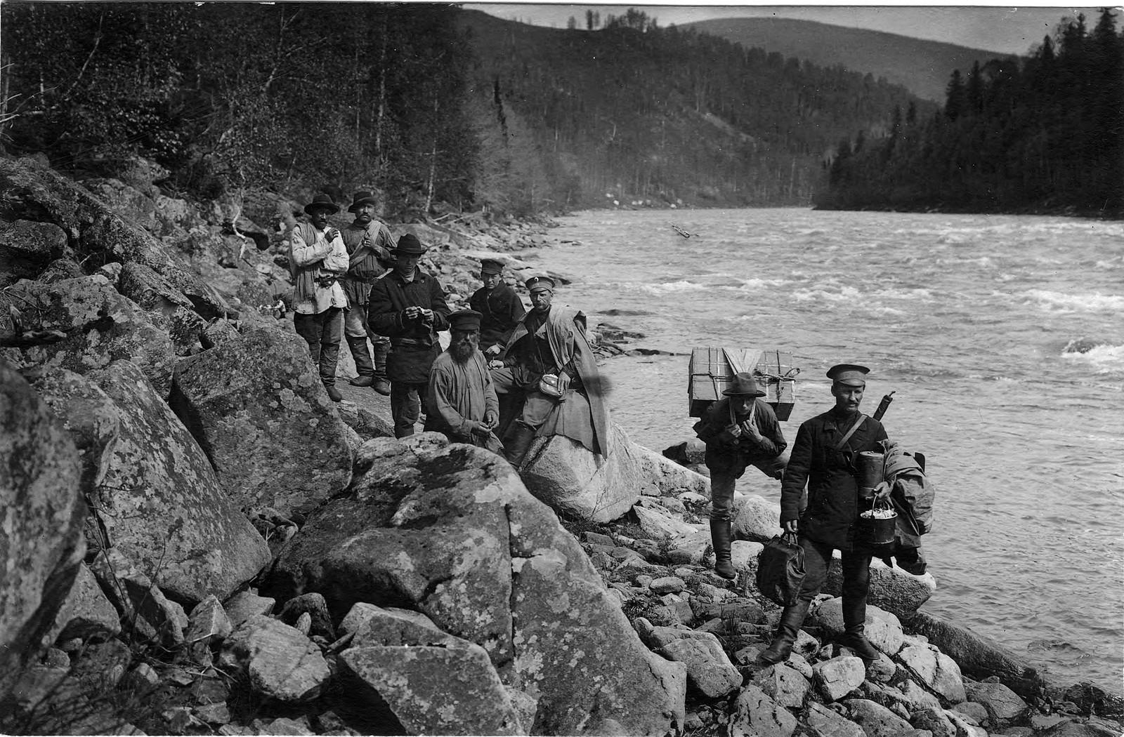 23. Группа участников экспедиции при пешем переходе вдоль Мрасского порога