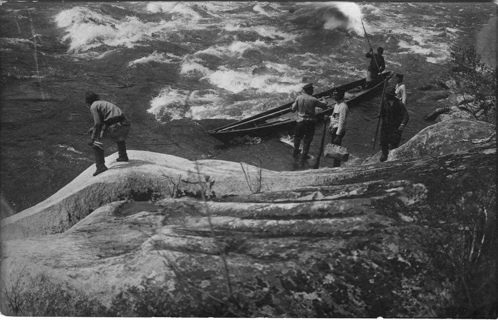 18. Лодка землеустроительной экспедиции при проходе через Мрасский порог