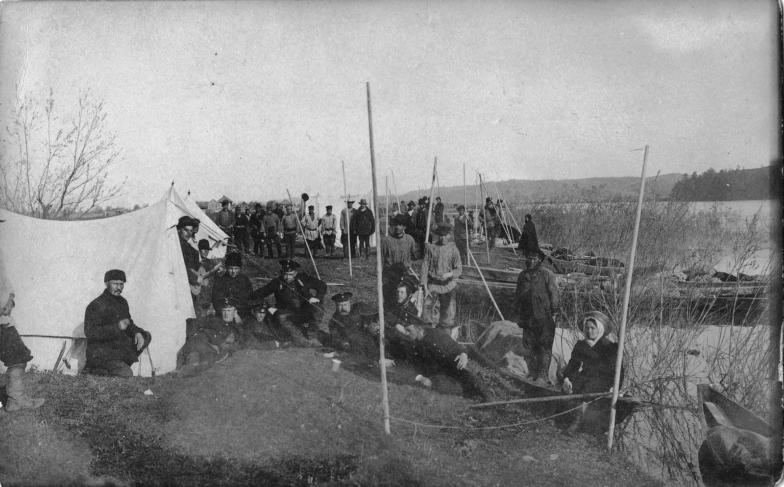 10. Палаточный лагерь землеустроительной экспедиции на реке Мрассу около порогов.