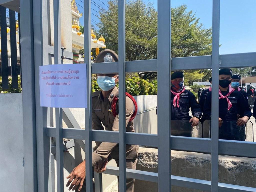 ตำรวจปิดประตูกันทางเข้าบริเวณด้านหน้า สภ.คลองหลวง พร้อมติดป้ายแจ้งว่ามีตั้งโต๊ะรับแจ้งความด้านนอกสถานี