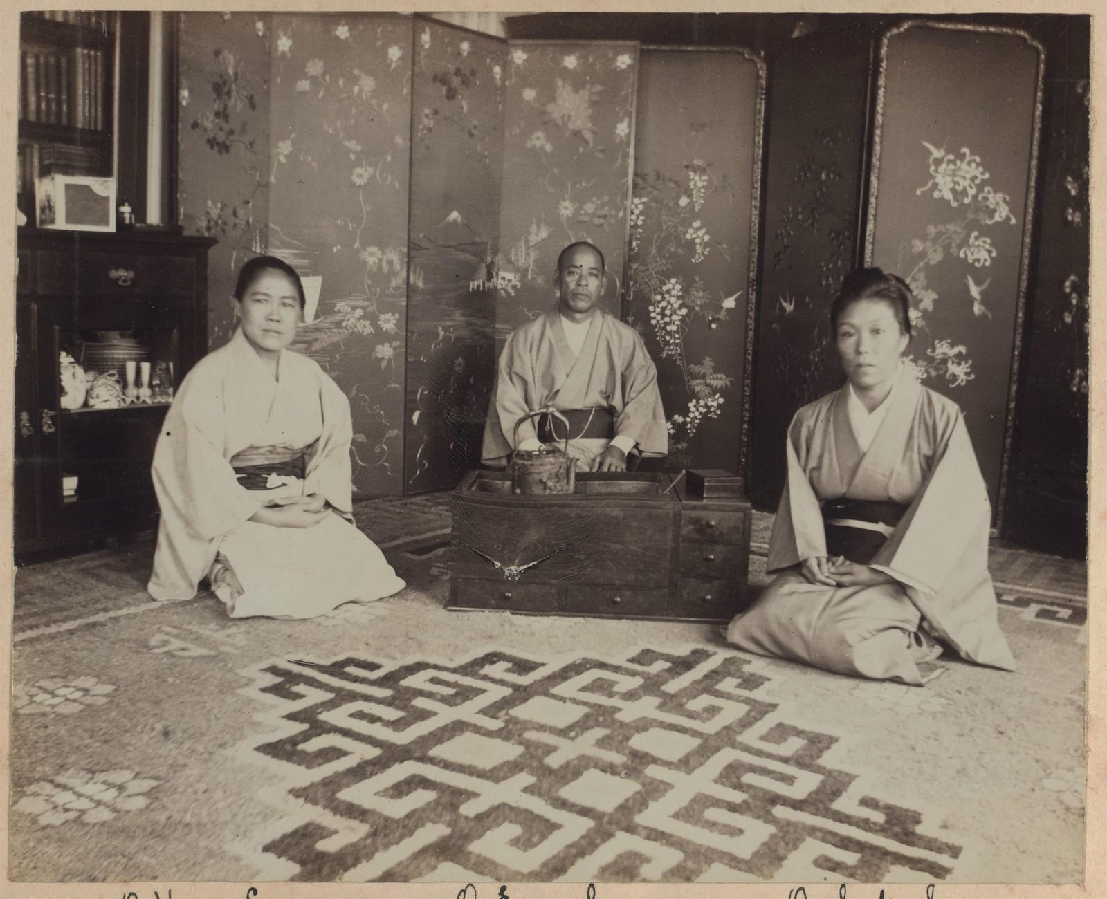 Японские слуги с чайными принадлежностями в комнате на веранде, Дом Смитов
