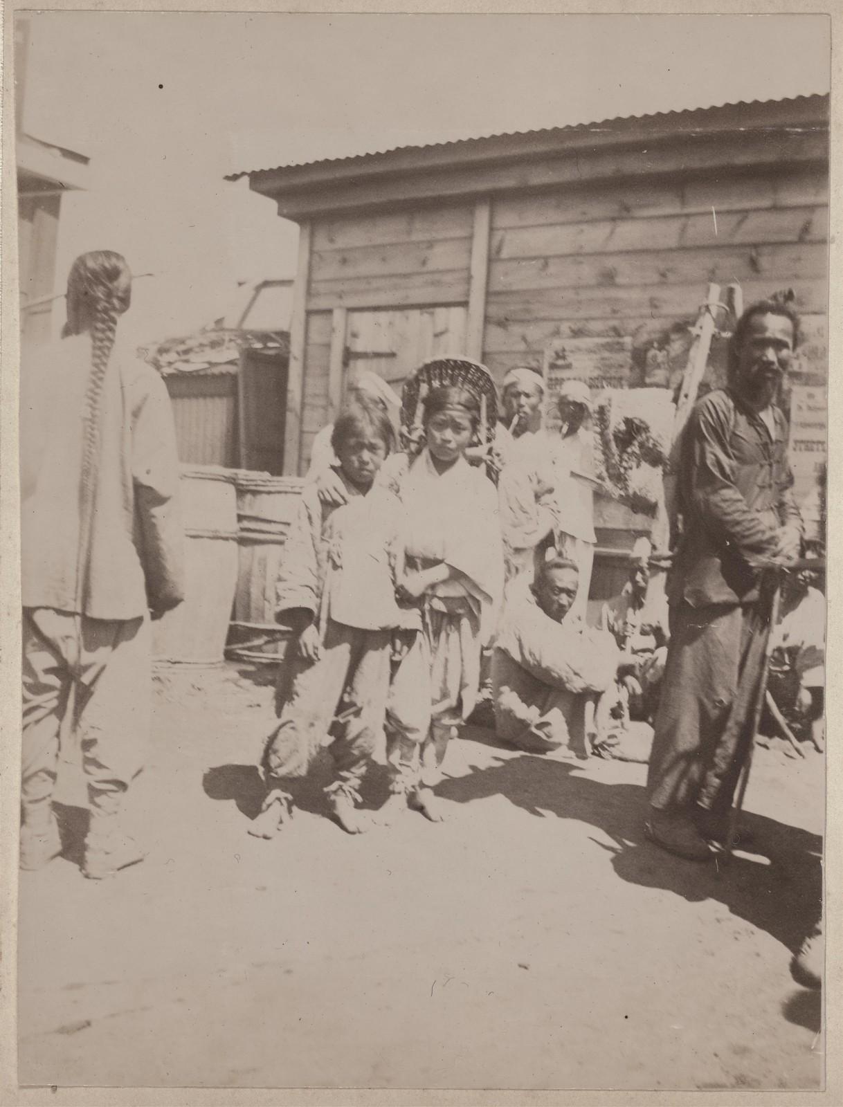 Корейские дети и китайские мужчины на рынке