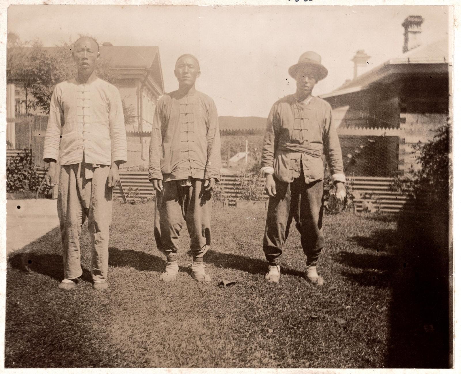 Китайские слуги Караулочка, Лой Гли и Доу Ки, работающие в доме Смитов