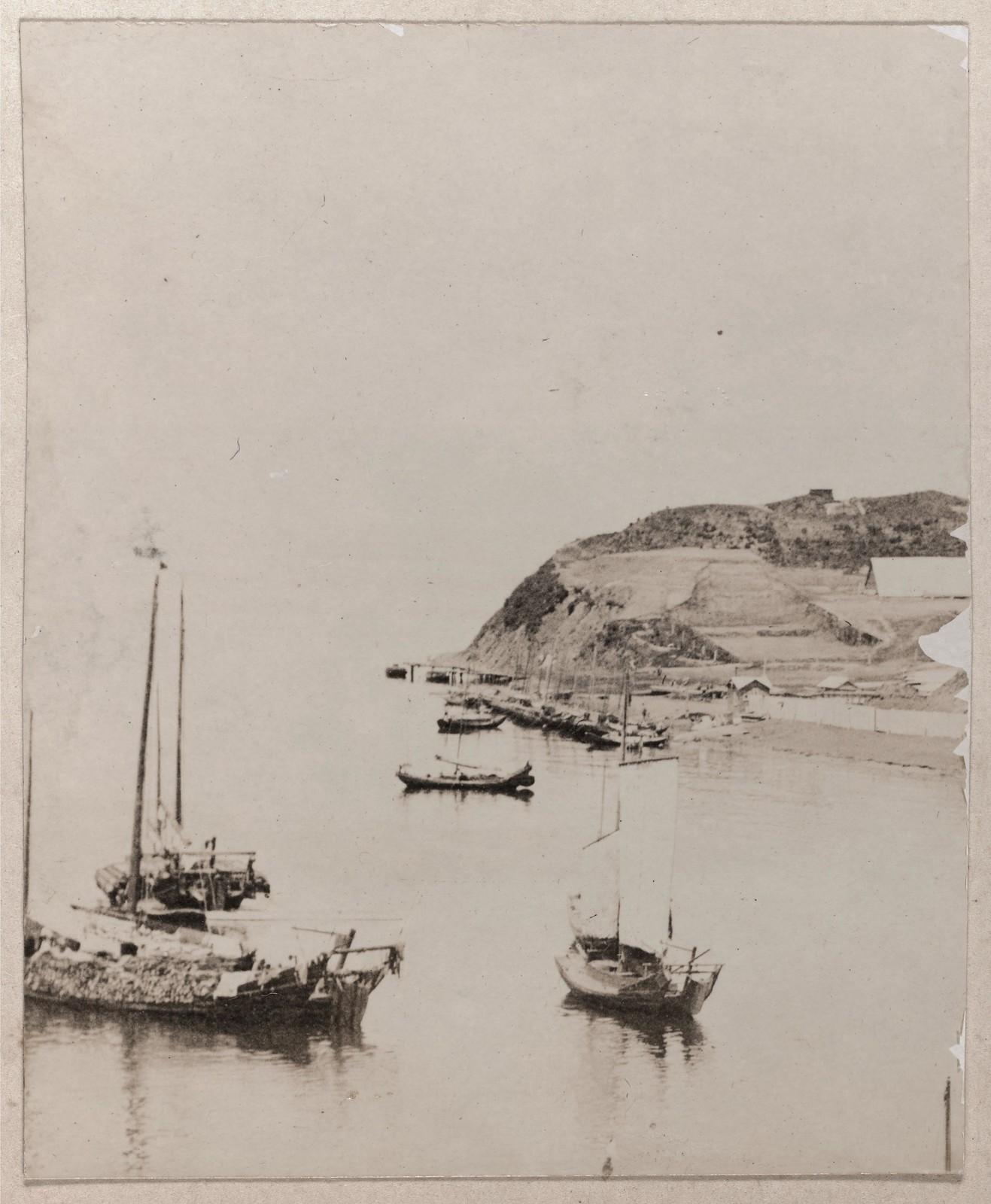 Вид на береговую линию и лодки в Амурском заливе, к северу от Владивостока