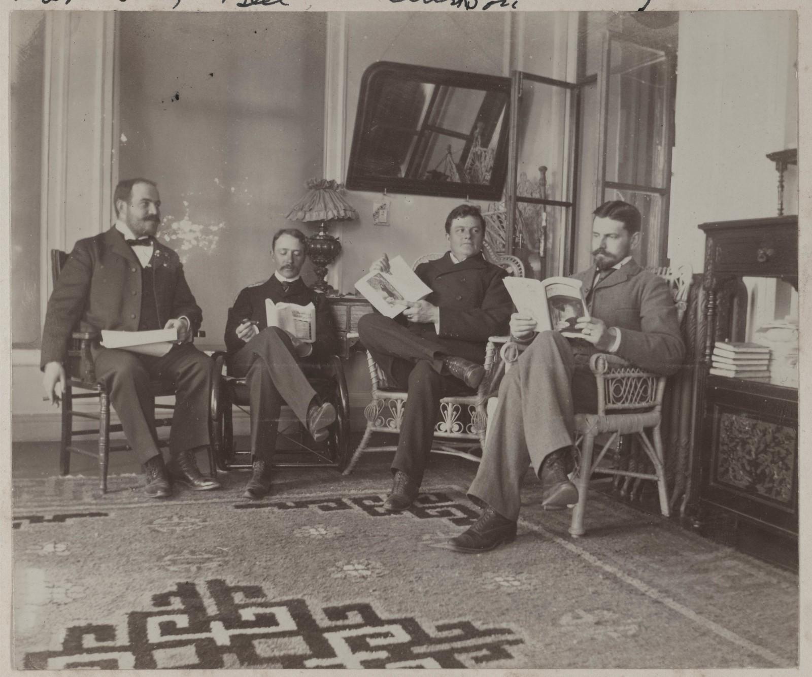 Четверо друзей читают в комнате на веранде, Дом Смитов