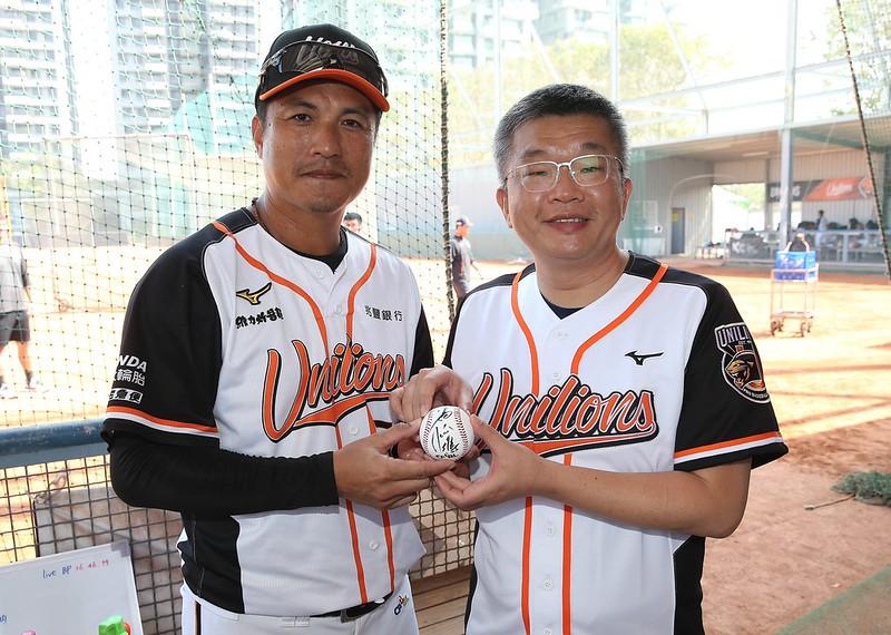 潘武雄(左)回贈蔡其昌會長(右)簽名球。(圖/中職提供)