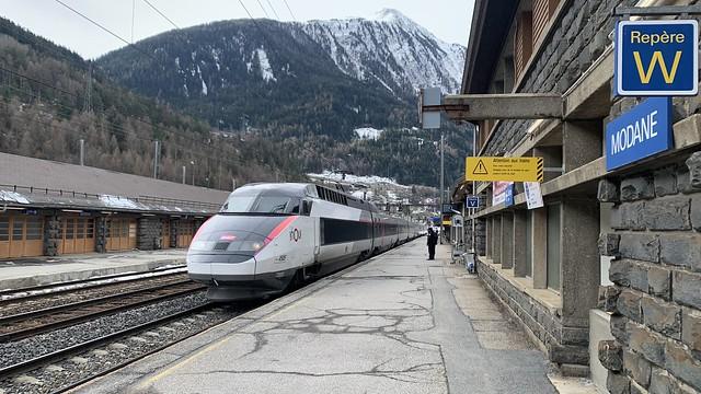 Le TGV quatre vingt douze mille quarante et un entre en gare voie A