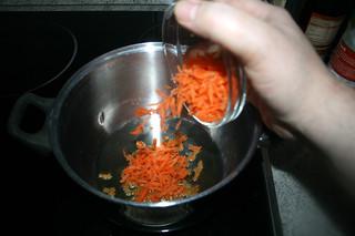 37  - Put grated carrots in pot / Möhrenraspeln in Topf geben