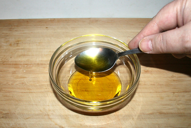 01 - Put olive oil in bowl / Olivenöl in Schüssel geben