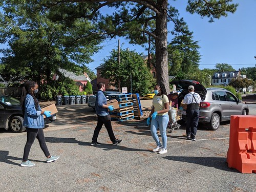 William & Mary students deliver food to waiting vehicles at the House of Mercy food pantry as part of Williamsburg Engagement, a program of the Office of Community Engagement.