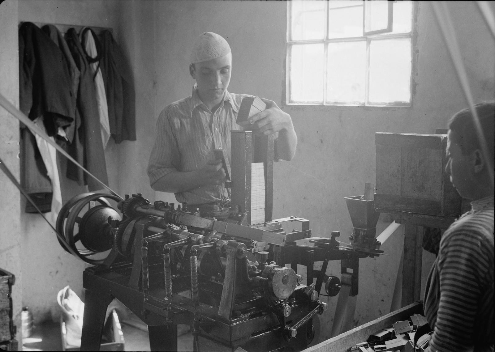 06. 1940. Шхем. Спичечная фабрика. Изготовление спичечных коробок машинным способом