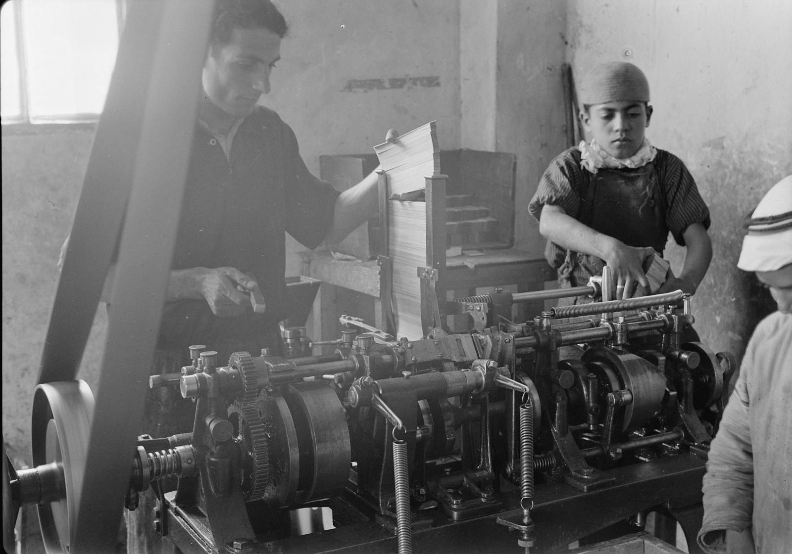 05. 1940. Шхем. Спичечная фабрика. Изготовление спичечных коробок машинным способом